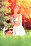 Schönheit auf Picknick auf Natur Schönes junges Mädchen Outdoo Lizenzfreie Stockfotos