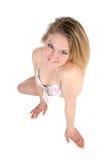 Schönheit beim Knien im Bikini Lizenzfreies Stockfoto