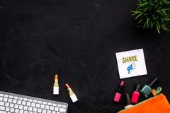 Schönheit Blogger-Arbeitsplatzkonzept Tastatur, Kosmetik, Social Media-Ikonen auf schwarzem Tischplattenansichtraum für Text Lizenzfreies Stockfoto