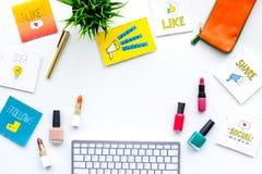 Schönheit Blogger-Arbeitsplatzkonzept Tastatur, Kosmetik, Social Media-Ikonen auf weißem Tischplattenansichtraum für Text Stockfotografie
