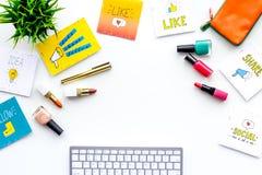 Schönheit Blogger-Arbeitsplatzkonzept Tastatur, Kosmetik, Social Media-Ikonen auf weißem Tischplattenansichtraum für Text Stockfoto
