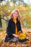 Schönheit blond im Park im Herbst Lizenzfreies Stockfoto