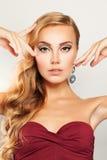 schönheit Blonde gelocktes Haar-Frau mit Make-up Stockbild