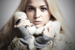 Schönheit blondes vorbildliches Girl in Mink Fur Coat. Schönheit Lizenzfreie Stockbilder