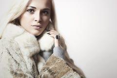 Schönheit blondes vorbildliches Girl in Mink Fur Coat. Schönheit Stockfoto