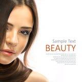 Schönheit Brunette-Mädchen lokalisiert auf weißem Hintergrund. Stockbilder