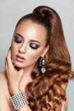 Schönheit Brunette-Mode-Modell-Mädchen mit langem gesundem gelocktem braunem Haarpferdeschwanz Stockfoto