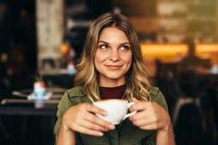 Schönheit am Café mit Tasse Kaffee Stockbilder