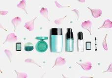 Schönheit, dekorative Kosmetik Make-upbürstensatz und Farblidschattenpalette auf weißem Hintergrund, flache Lage, Draufsicht Lizenzfreies Stockfoto