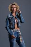 Schönheit in den Jeans und in der Jacke Stockbilder