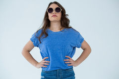 Schönheit in der blauen Spitze und in der Sonnenbrille Stockfotografie
