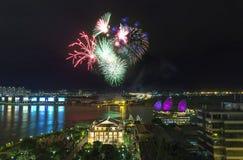 Schönheit der Feuerwerke auf den Banken des Saigon-Flusses Lizenzfreie Stockbilder