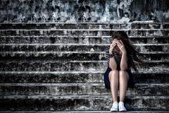 Schönheit in der frustrierten Krise, die auf der Treppe sitzt, stockbilder