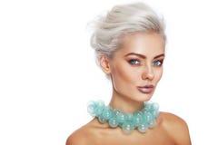 Schönheit in der grünen Halskette Stockfotografie