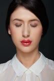 Schönheit der jungen Frau mit rotem Lippenstift, Augen schloss stockfotos