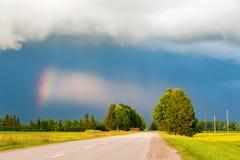 Schönheit der lettischen Natur vor dem Sturm Drastisches cloudscape b Stockfotos