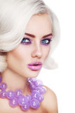 Schönheit in der lila Halskette Stockfotos