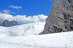 Schönheit der Natur, überraschende alpine Landschaft mit den Felsen, gehend in Berg, blauer Himmel, Wolken, Dampf, Nebel, Schnee, lizenzfreie stockbilder