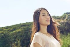 Schönheit in der Natur mit dem Wind durchgebrannten Haar Stockfotografie