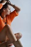Schönheit in der orange Strickjacke Lizenzfreie Stockfotografie