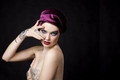 Schönheit in der orientalischen Art mit mehendy im hijab lizenzfreie stockfotografie