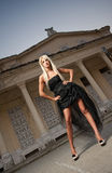 Schönheit in der schwarzen Kleideraufstellung im Freien. Sexy Frau in der stilvollen Retro- Szene. Elegante Frau vor einem Schloss Stockbilder