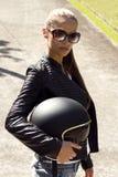 Schönheit in der schwarzen Lederjacke mit Lizenzfreies Stockfoto