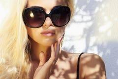 Schönheit in der Sonnenbrille blondes Mädchen der Schönheit herein nahe der Wand Sommer Lizenzfreie Stockbilder