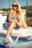 Schönheit in der Sonnenbrille Sommer Mädchen nahe dem Swimmingpool Blonde Frau in den hohen Absätzen Lizenzfreies Stockbild