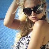 Schönheit in der Sonnenbrille Sommermädchen nahe dem Swimmingpool Blonde Frau Lizenzfreies Stockfoto
