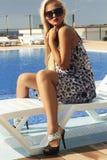 Schönheit in der Sonnenbrille Sommermädchen nahe dem Swimmingpool Blonde Frau in den hohen Absätzen Lizenzfreies Stockfoto