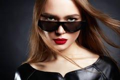 Schönheit in der Sonnenbrille und im Leder Lizenzfreies Stockfoto