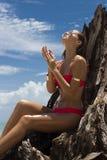 Schönheit in der Sonnenbrille und im roten Bikini auf Strand Art und Weiseblick Reizvolle Dame Lizenzfreies Stockfoto
