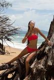 Schönheit in der Sonnenbrille und im roten Bikini auf Strand Art und Weiseblick Reizvolle Dame Stockfotos