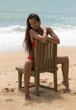Schönheit in der Sonnenbrille und im roten Bikini auf Strand Art und Weiseblick Reizvolle Dame Lizenzfreies Stockbild