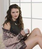 Schönheit in der Strickjacke mit Kaffeetasse lizenzfreie stockfotografie