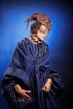 Schönheit in der venetianischen Maske mit Federn und Schmuck Stockbilder