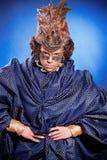 Schönheit in der venetianischen Maske mit Federn und Schmuck Lizenzfreie Stockfotos