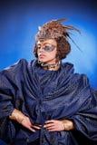 Schönheit in der venetianischen Maske mit Federn und Schmuck Stockfotos