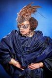 Schönheit in der venetianischen Maske mit Federn und Schmuck Lizenzfreies Stockfoto