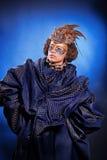 Schönheit in der venetianischen Maske mit Federn und Schmuck Stockfoto