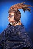 Schönheit in der venetianischen Maske mit Federn und Schmuck Stockfotografie