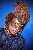 Schönheit in der venetianischen Maske mit Federn und Schmuck Stockbild
