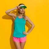 Schönheit in der vibrierenden Sport-Kleidung Stockfotos