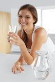 Schönheit, Diät-Konzept Glückliches lächelndes Frauen-Trinkwasser gesundheit lizenzfreie stockbilder
