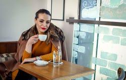 Schönheit, die allein im Café - Kaffeepause sitzt Stockfoto