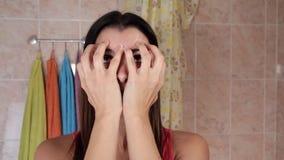 Schönheit, die Antialternübungen tut Gymnastik für ein Gesicht Facebuilding-Gesichtsbehandlungsübungen Gesichtsyoga stock video footage