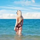 Schönheit, die auf dem Strand stillsteht Stockfotos