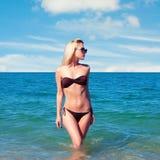 Schönheit, die auf dem Strand stillsteht Lizenzfreies Stockfoto