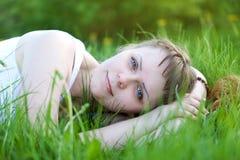 Schönheit, die auf Gras liegt Stockfotos